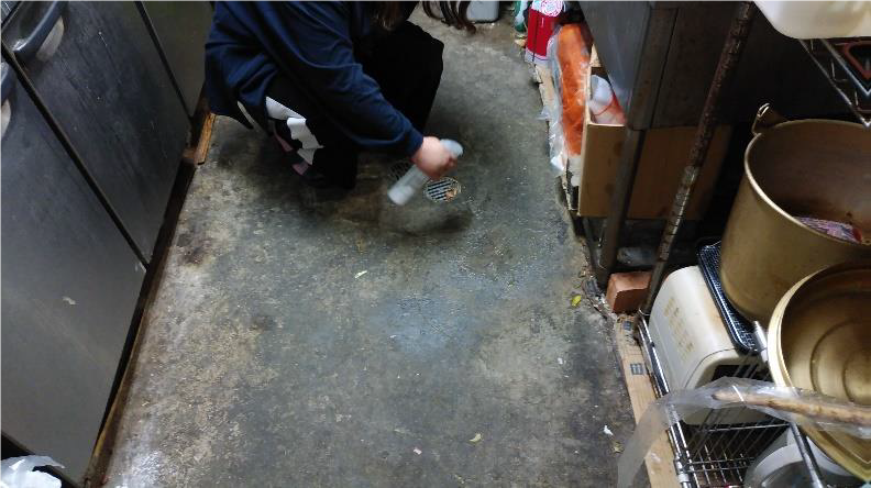 訳アリで水が流せない厨房の床